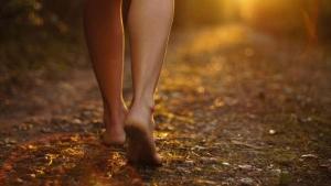Muladhara-korenska-čakra-hodajte bosi